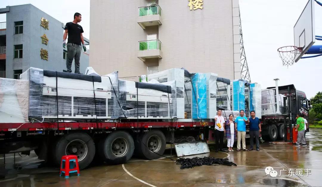 """满载着暖丰电热核心技术的""""电热膜浆料""""及""""电热膜生产线成套设备""""的货车"""